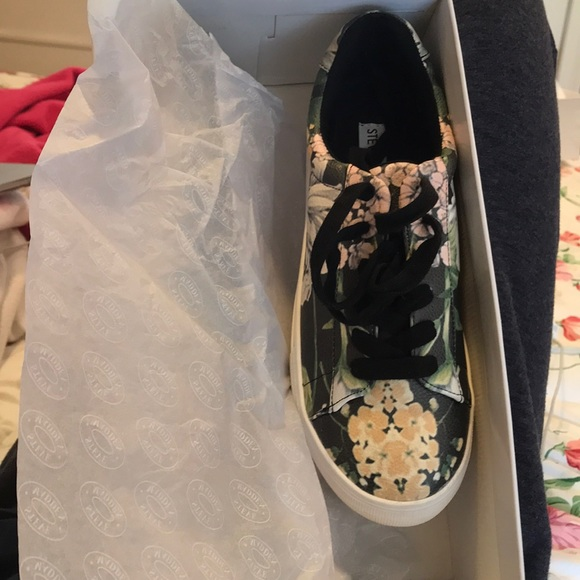 9b3ee379e86 Gisela Floral Steve Madden Shoe